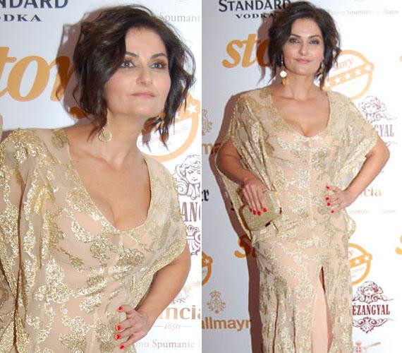 A színésznő egy aranyszínű, mélyen dekoltált és erősen felsliccelt estélyiben jelent meg a Story-gálán. Érdekesség, hogy a csodaszép ruhát saját maga tervezte.
