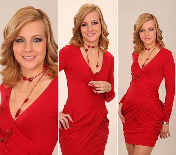 A vörös, V-kivágású miniruhát egy műtermi fotózás alkalmával öltötte magára.