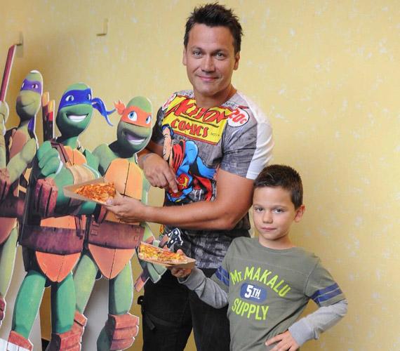 Kovács Áron, az MTVA műsorvezetője 2008-ban világra jött kisfiát, Mátét Waldorf-iskolába íratta be. Sulikezdés előtt még elmentek együtt mozizni, és megnézték a Tini nindzsa teknőcöket a Nickelodeon premier előtti vetítésén.