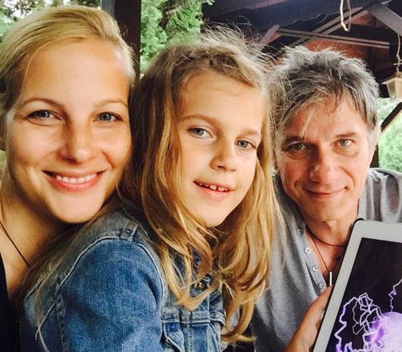 A háromfős Bochkor-Várkonyi család idén júniusban - lehet elmélkedni arról, kire ütött ez a gyerek.