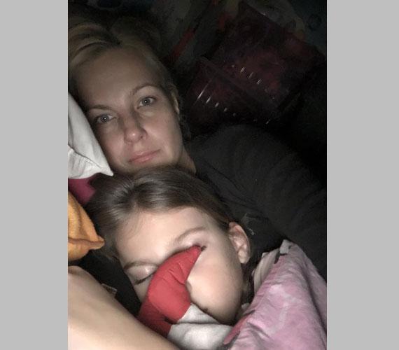 Várkonyi Andrea alvó kislányával, Nórival a tegnap este, lefekvés után készült fotón.