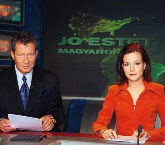 Emlékszik még valaki Várkonyi Andreára vörös hajjal? A fotó még 2002-ben készült, amikor a Jó estét, Magyarország! című hírösszefoglaló egyik esti adását vezette Pálffy Istvánnal.