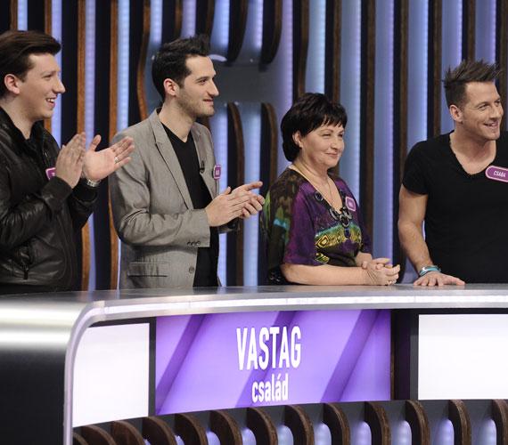 Vastag Tamás, Balázs, az édesanyjuk és Csaba a Négyen négy ellen című vetélkedő március 28-i adásában.