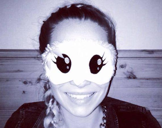 Iszak Eszti, a VIVA TV műsorvezetője egy furcsa éjszakai szemfedős képpel lepte meg a Facebook-rajongóit április végén. Bár Eszti mosolyog, leginkább ijesztó a látvány.