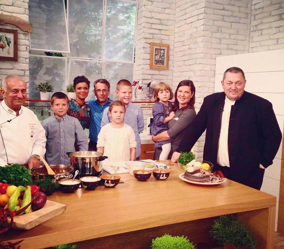 Vidnyánszky Attila és családja az Család-barát című műsorban. Az igazgató az, aki reggelente iskolába viszi három iskolás gyermekét.
