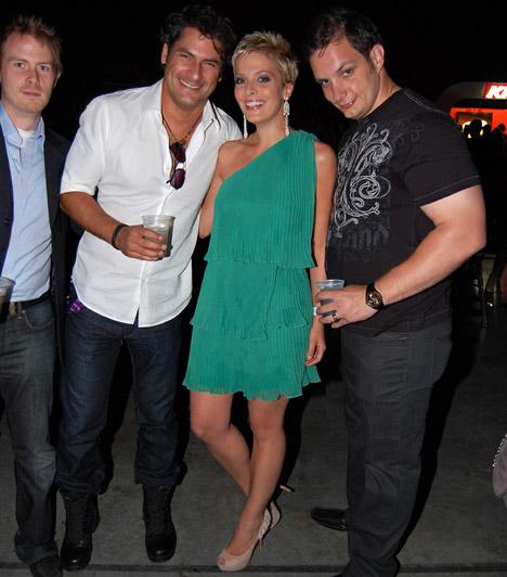 Tatár Csilla  Árpa Attila és barátai oldalán kaptuk lencsevégre a TV2 műsorvezetőjét, aki egy lenge, zöld miniruhát viselt, melyhez bézs tűsarkút választott.