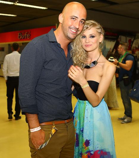 Iszak Eszter és Dobrády ÁkosA TNT együttes egykori énekese 2014 februárjában jegyezte el a VIVA TV műsorvezetőjét, a pár az esküvőt sem akarja sokáig halogatni.