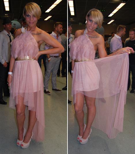 Bencsik Tamara  Bencsik Tamara, a 2008-as Megasztár 5. helyezettje egy halványrózsaszín kreációban állt a kamerák elé. A fátyolos felsőrész uszályban végződött a miniruhán.  Kapcsolódó cikk: Gondoltad volna? Így talált egymásra a Megasztár két énekese »