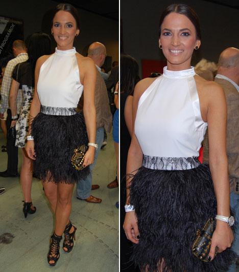 Debreczeni ZitaDebreczeni Zita modell ruhájának felsőrésze fehér, egyszerű, míg szoknyarésze fekete strucctollakra emlékeztető, figyelemfelkeltő darab volt, amihez remekül passzolt a fekete, fűzős tűsarkú. Apró doboztáskája ékszernek is beillett.
