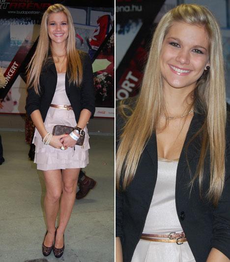 Weisz Fanni  Weisz Fanni szépségkirálynő halványrózsaszín, fodros ruhájában és fekete blézerében, bájos mosolyával elbűvölő volt, mint mindig.  Kapcsolódó cikk: Nem túl fiatal ehhez? 19 évesen lesz anya a gyönyörű magyar modell »