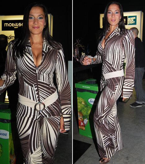 Fésűs Nelly  A gyönyörű magyar színésznő 40 felett is bátran bújhatott ebbe a szemkápráztató mintájú, alakját kihangsúlyozó overálba.