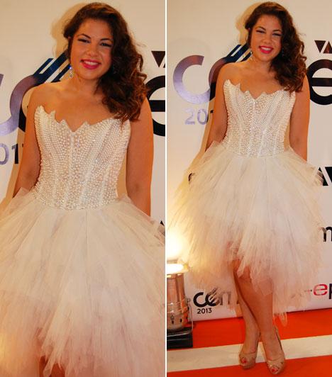 Gáspár Evelin                         Győzike lányának Almássy Éva Esküvői és Alkalmi Ruhaszalonjában készült Jennifer Lopez egyik fellépőruhájának mintájára ez a szatén-tüll-organza anyagból megálmodott, több mint 100 Swarovski kristállyal díszített darab.