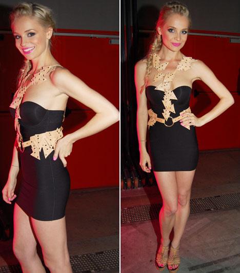 Iszak EszterA 13. VIVA Comet díjátadó gála női műsorvezetője, Iszak Eszter ötször öltözött át a show alatt: legutolsó, szűk fekete minijét különlegessé tevő, háromszögekből összefonódó kiegészítője valószínűleg a kereskedelmi csatornára szerette volna emlékeztetni az est résztvevőit.