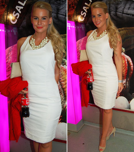 Mádai Vivien                         Az M1 Legenda című műsorának háziasszonya fehér koktélruháját egy nagyméretű gyöngynyaklánccal dobta fel.