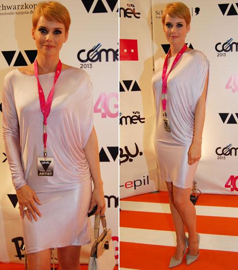 Osvárt Andrea  A nemzetközileg is elismert színésznő a USE egy halványrózsaszín, metálos fényű ruhájában adta át a Tankcsapdának A Magyar Könnyűzenéért díjat.