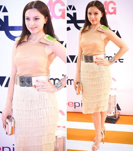 Zséda                         A magyar énekesnő egy figyelemfelkeltő anyagkombinációjú, de visszafogott színű ruhában érkezett a Cometre.