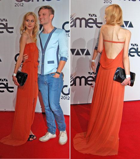 Puskás Peti és barátnője  Puskás Peti, a Megasztár 3-mal ismertté vált énekes és színész ennek a gyönyörű szőke lánynak az oldalán lépett a vörös szőnyegre, aki rozsdaszínű ruhájában nem rejtegette karcsú alakját.