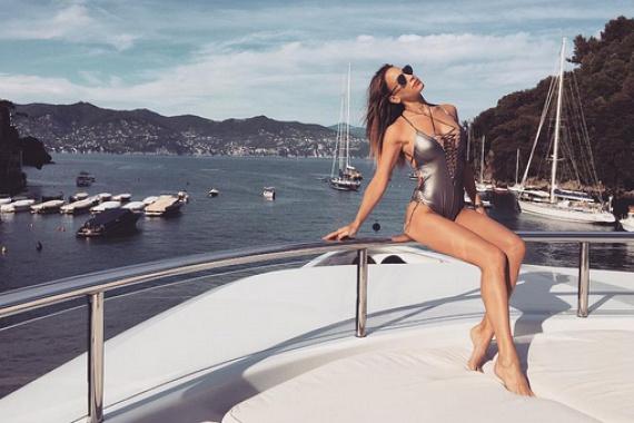 Andy Vajna felesége egy luxusjacht fedélzetről vérforralóan szexi fotókat posztolt: egy metálszínű fürdőruhában pózol, keblei szinte szétfeszítik a zsinórokat.