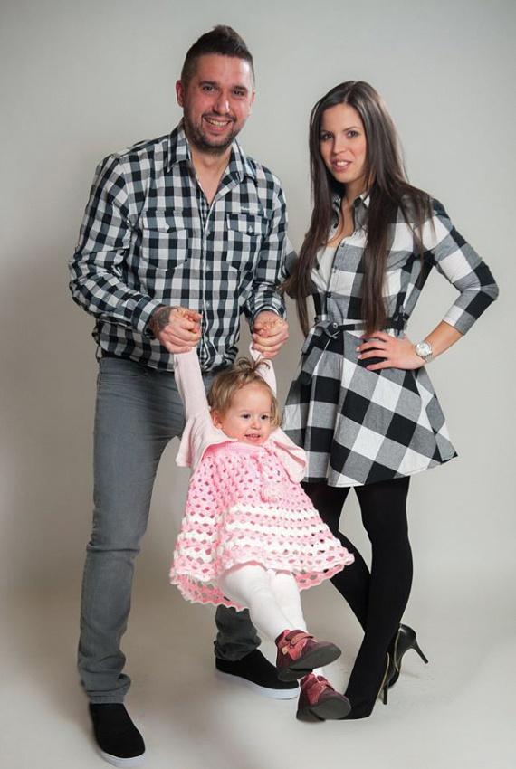 Weisz Viktor 2013-ban ismerte meg Szandit. Az énekes pár hónapra leköltözött a Balatonra, fellépéseinek helyszínére, ahova a lány is vele tartott. Amikor szeptemberben Viktor visszatért a fővárosba, a fiatal hölgy hozzáköltözött. Karácsonykor eljegyezték egymást, megtartották az esküvőt, és nemsokára megszületett a kislányuk.