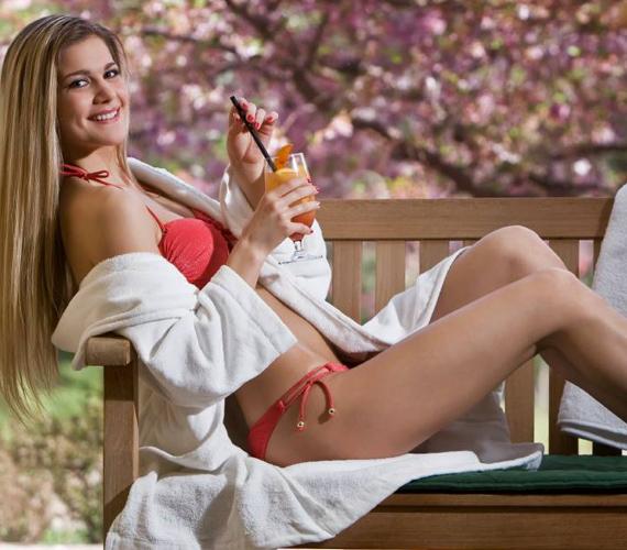Az egyébként konzervatív modell egyre többet mutat magából, már fürdőruhában is pózol a kamerák előtt.