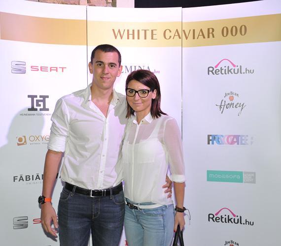 Cseh Laci a barátnőjével, Diával jelent meg a rendezvényen. A szimpatikus pár összeöltözött, farmert és fehér felsőt húzott a divatbemutatóra.