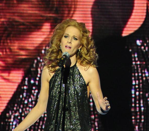2010-ben az X-Faktor színpadán is hódított a szőke énekesnő.