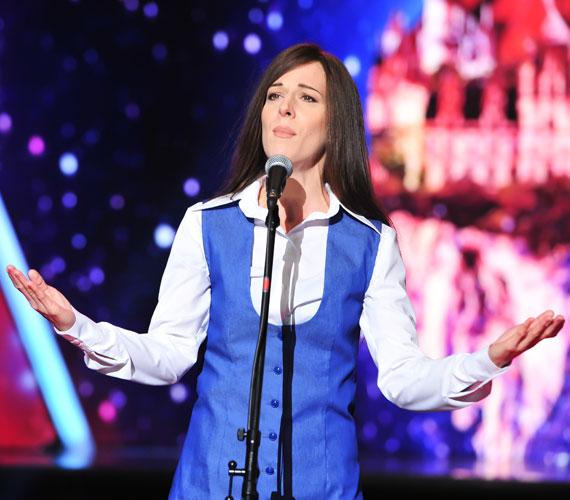 Így sikerült átalakulnia Koncz Zsuzsává, akinek Valahol egy lány című dalát adta elő. A nézők már az előadás alatt tapssal jutalmazták.