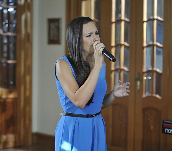 Péterffy Lili azon kívül, hogy jól énekelt, kiválóan adta elő a dalt.