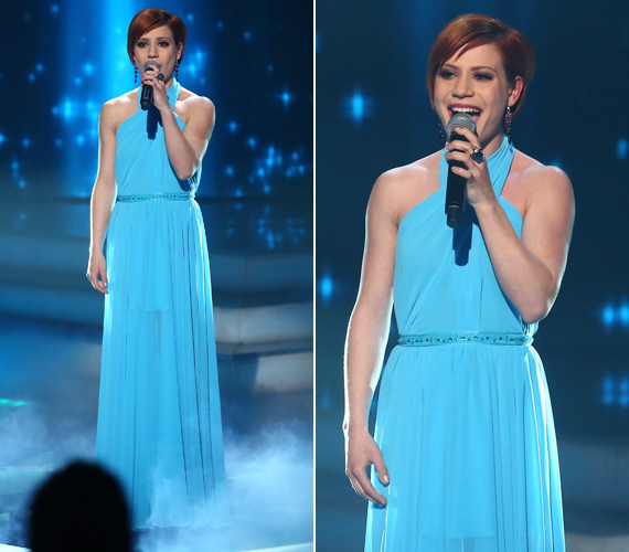 A kék ruha alsó része sejtelmesen áttetsző volt, légies megjelenést kölcsönözve az énekesnőnek.