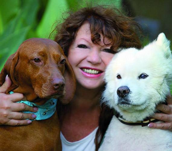 Mára túl van a nehéz időszakon, boldogan él kutyáival és nevelt lányával, Benedek Nikolettel.