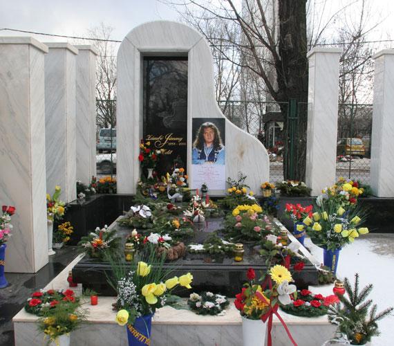 Temetésén több tízezren kísérték utolsó útjára Zámbó Jimmyt, akinek sírja Csepelen található.