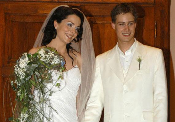 Deutsch Anita és Kinizsi Ottó a Barátok közt forgatásán szeretett egymásba, ám kapcsolatukat sokáig titkolták a kollégák előtt. Sokan a nyolc év korkülönbség miatt támadták őket. 2004-ben házasodtak össze, akkor a színésznő 30, férje pedig csupán 22 éves volt. Azóta két kislány boldog szülei.