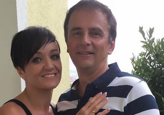 Szandi csupán 16 éves volt, amikor összehozta a sors férjével, Bogdán Csabával. Az énekesnő szülei nem nézték jó szemmel bimbózó kapcsolatukat, hiszen akkor az Első Emelet tagja már 32 éves volt. Az első csók 23 évvel ezelőtt csattant el közöttük.