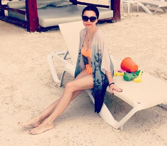 A 160 centis énekesnő kifogástalan alakkal rendelkezik, nyugodtan bújhat feltűnő színű bikinibe.