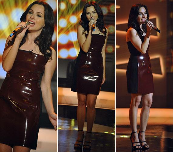 A csokibarna lakk és fekete textil kombinációjából készült ruha az énekesnő törékeny alkatához idomult, ugyanakkor dögössé is tette.
