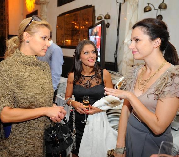Zséda több ismerőssel is összefutott a bemutatón, Schell Judit színésznővel és a szintén énekesnő Nyári Edittel csevegett.