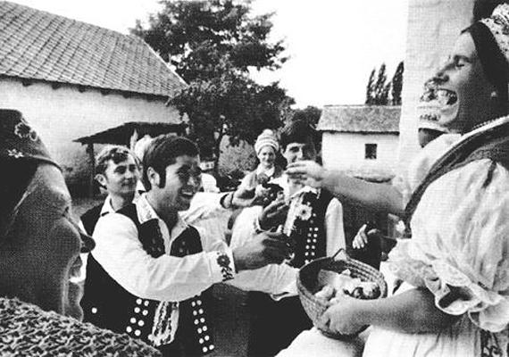 Azért vannak egészen korai példái is a kölnis locsolkodásnak, mint például ez a fotó is.