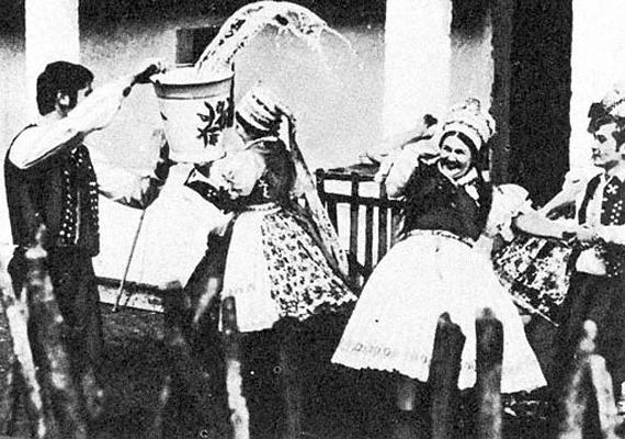 A legények nem tréfáltak, minden lány kapott egy vödör hideg vizet a nyakába.