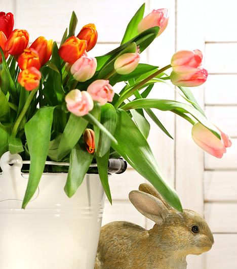 Pazar dekoráció  Bár a virgácsokor már önmagában is teljesen feldobja a lakást, a dekoráció részeként is használhatod. Ha például a tulipánokat egy nagy fémvödörbe teszed, majd mellé és fölé különböző húsvéti díszeket teszel, egy egész kis húsvéti kompozíciót kapsz.