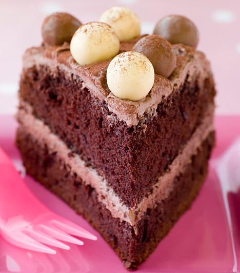 Csokitorta  Nincs olyan alkalom, amire egy édes-krémes csokitorta ne lenne kiváló sütemény. Nem kell semmi különösre gondolni, a piskótalapok tetejét kend meg csokikrémmel, a tetejére pedig ültess csokigömböket, amelyek a húsvéti nyuszi tojásaira emlékeztetnek.