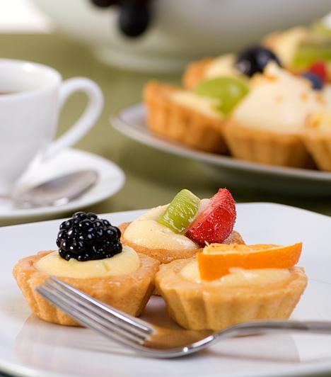 Vaníliás kosárka  A linzerkosárka igazi húsvéti vendégváró sütemény, hiszen káprázatos színeivel és ízletes gyümölcseivel a tavaszt idézi. A vaníliapudingot helyettesítheted más ízesítésű krémmel is, sőt, akár zselatinnal is bevonhatod, hogy a gyümölcsdarabok a helyükön maradjanak.  Kapcsolódó cikkek: Gyümölcsös kosárka »
