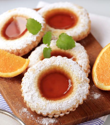 Linzer  Egyszerű és nagyszerű. A kiszaggatott tésztát csak dobd be a sütőbe, majd az aljának szánt részt kend meg ízletes lekvárokkal és ragaszd rá a tetejét. Szórd meg alaposan porcukorral és várd a locsolókat, akik pillanatok alatt felfalják az édes munkádat.  Kapcsolódó cikkek: Rácsos linzer, ahogyan a nagyi csinálta »