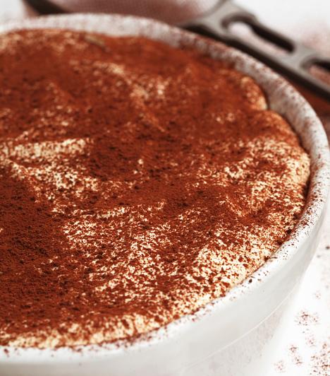 Tiramisu  Az olasz sütemény akkor a legjobb választás, ha nincs kedved órákig a sütő mellett álldogálni. Csak mártsd a babapiskótákat a kávéba, rétegezd rá a mascarponés krémet, majd szórd meg az egészet finom kakaóporral.