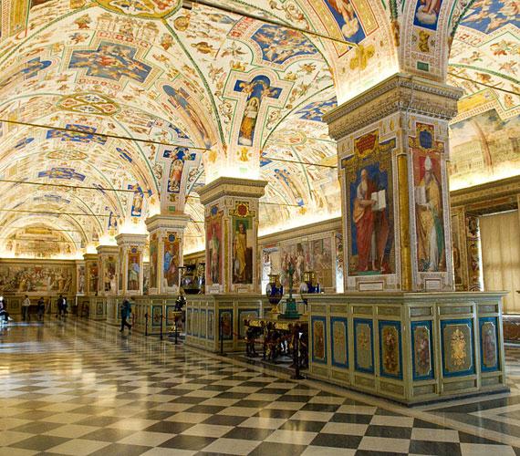 Vatikáni KönyvtárLatin nevén Biblotheca Apostolica Vaticana - felújítása 2010-ben fejeződött be, és azóta a kutatók újra használhatják a világ egyik legrégibb és legimpozánsabb könyvtárát.
