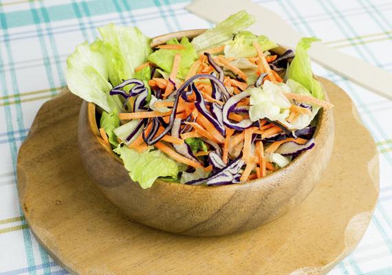 Káposztasaláta - a tavasz ízeibenHozzávalóka salátához:1 fél fej közepes káposzta2 szál közepes sárgarépaaz öntethez:2 citrom frissen facsart leveolívaolajkevés tengeri sóElkészítéseA káposztát reszeld le, vagy vágd kis darabokra, majd tégy hasonlóan a sárgarépával is. Az olívaolajat és a két citrom levét alaposan keverd össze. A káposztát és a sárgarépát tedd egy nagyobb edénybe, locsold meg az öntettel, és keverj még rajta néhányat. Tedd a hűtőbe, hogy az ízek összeérjenek. Ízlés szerint adhatsz hozzá más zöldséget, például retket is, és díszítésként jól áll neki a pirított szezámmag vagy dió.