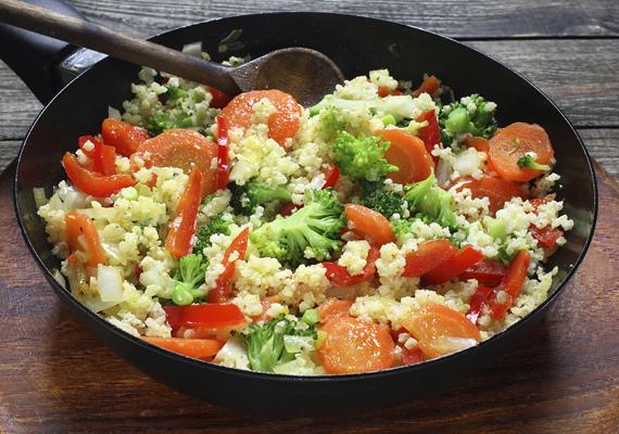 Zöldséges kölesHozzávalóka salátához:1 csésze köles1 csésze főtt sárgarépa1 csésze brokkoli2 nagyobb paradicsom1 evőkanál olívaolajaz öntethez:3 evőkanál citromlé2 teáskanál zúzott fokhagyma1 teáskanál tengeri só1/4 teáskanál feketebors1 teáskanál őrölt köményElkészítéseA kölest főzd meg - körülbelül tíz perc alatt elkészül -, lazítsd fel villával, és hagyd kihűlni. Közben az olívaolajon párold meg a répát és a brokkolit kevés tengerisóval - minél kevesebb vizet használj, hogy az ízük jobban érvényesüljön -, és állítsd össze az öntetet is. Keverd össze a kölest és a zölségeket, majd add az egészhez az öntetet. Pár órára hűtőbe teheted, de frissen is finom.