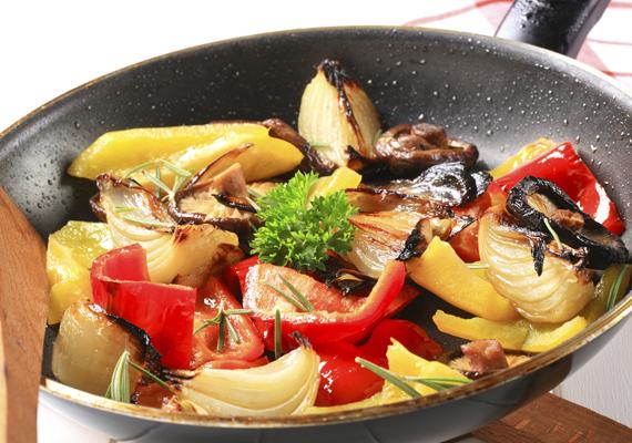 Pirított zöldségHozzávalók¼ fej fehérkáposzta2 csésze vegyes zöldség - például gomba, uborka, zöldpaprika, illetve padlizsán és gomba2-3 gerezd fokhagyma1 közepes fej vöröshagyma1-2 erős paprika2-3 evőkanál olívaolajkevés curry½ evőkanál reszelt citromhéjkevés tengeri sóElkészítéseA hagymát és a fokhagymát pucold meg és vágd apróra. A fehérkáposztát vágd csíkokra, a többi zöldséget kisebb darabokra, az erős paprikát karikára. Egy nagyobb serpenyőben orrósítsd fel az olívaolajat, majd a curryvel és a reszelt citromhéjjal párold meg rajta a kétféle hagymát és az erős paprikát - a fokhagymát elég beletenni akkor, amikor a többi a vöröshagyma kezd üvegesedni. Tedd bele a fehérkáposztát és a többi zöldséget, és kevés tengeri sóval az egészet párold puhára.