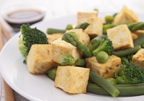 Párolt zöldségek tofuvalHozzávalók½ kg tetszés szerinti zöldség - például gomba, zöldbab, sárgarépa25 dkg szójatofu2 evőkanál szója- vagy olívaolajízlés szerint szójaszószElkészítéseA tofut vágd kisebb darabokra, keverd össze kevés szójaszósszal, majd tedd félre. A zöldségeket tisztítd meg, majd vágd kis darabokra. Serpenyőben forrósítd meg az olajat, és párold meg rajta a zöldségeket és a tofut a szójaszósszal. Akkor jó, ha a zöldségek nem teljesen puhák, inkább roppanósak.