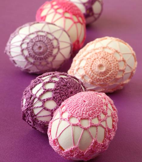 Fonalhálóban                         A horgolt tojások igazi különlegességnek számítanak. Ha te is mesterfokon űzöd a fonalkötés tudományát, próbálkozz hasonlóan gyönyörű mintákkal.