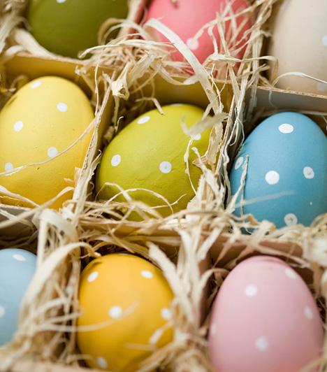 Pöttyök forgataga                         Romantikus bájuk miatt a pöttyös tojások nagy sikernek örvendenek. Az egyszerű alapot fesd be fehér pöttyökkel, és már készen is van a meseszép húsvéti tojás.